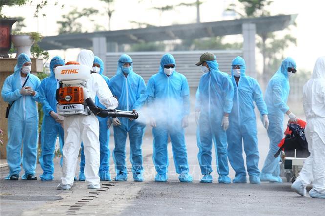 Đoàn công dân Guinea Xích Đạo về tới Bệnh viện Nhiệt đới Trung ương điều trị và cách ly vào chiều 27/7.