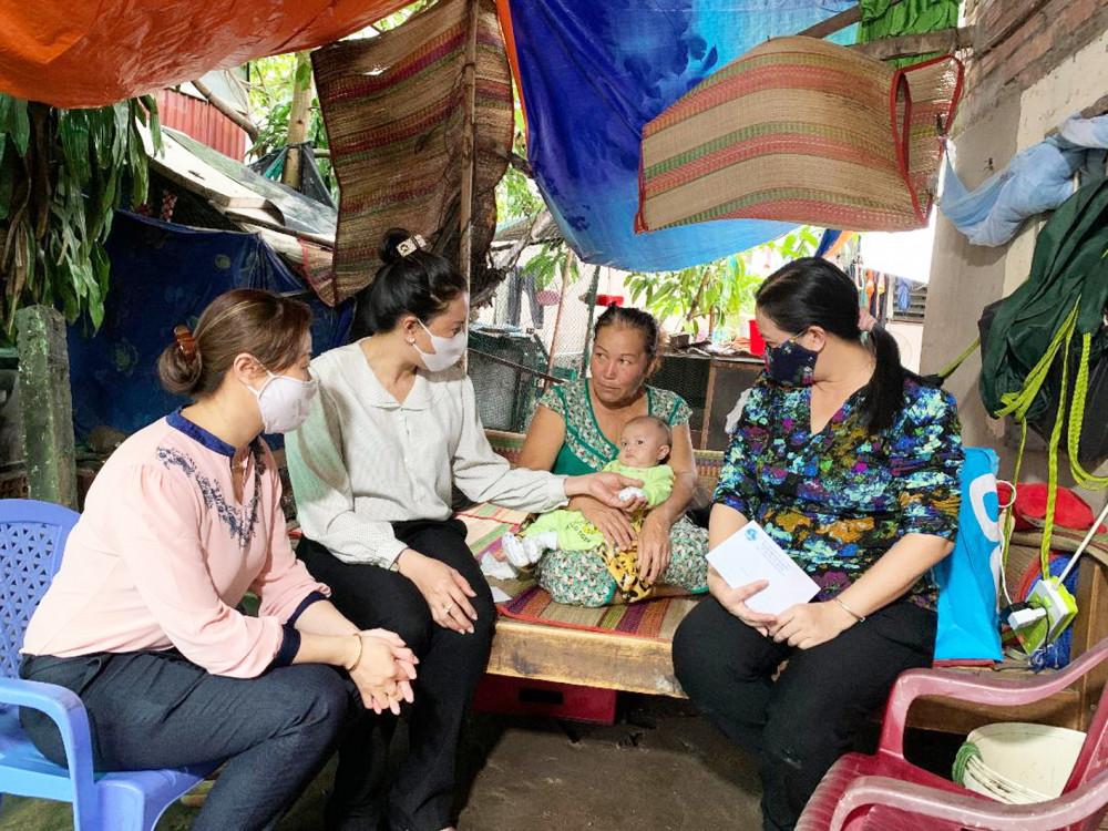 Hội Phụ nữ Q.9 đến thăm và động viên gia đình chị Phượng
