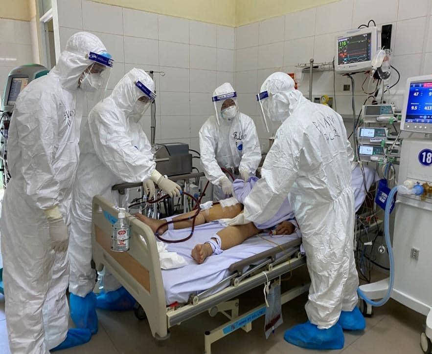 Bác sĩ Bệnh viện Phổi Đà Đẵng hội chẩn cho bệnh nhân COVID-19