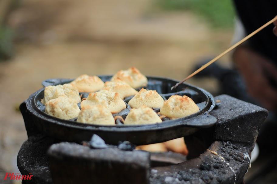 Đủ lửa, đủ bột, những chiếc bánh thuẩn sẽ nở rực như những đóa hoa 5 cánh.