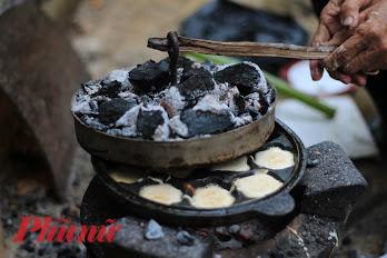 Đổ bánh thuẩn cần có sự phối hợp của lửa trên và lửa dưới.