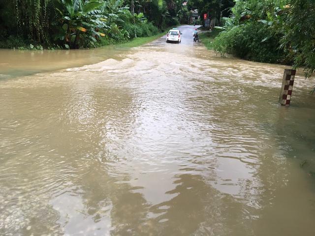 Người dân di chuyển rất kho khăn qua các khu vực nước ngập.