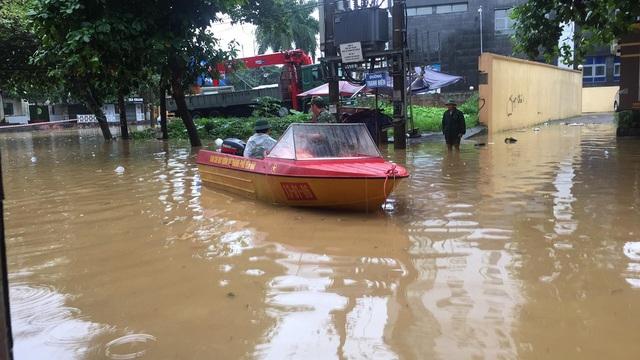 Việc tiếp cận một số hộ dân bị ngập cũng gặp nhiều khó khăn.