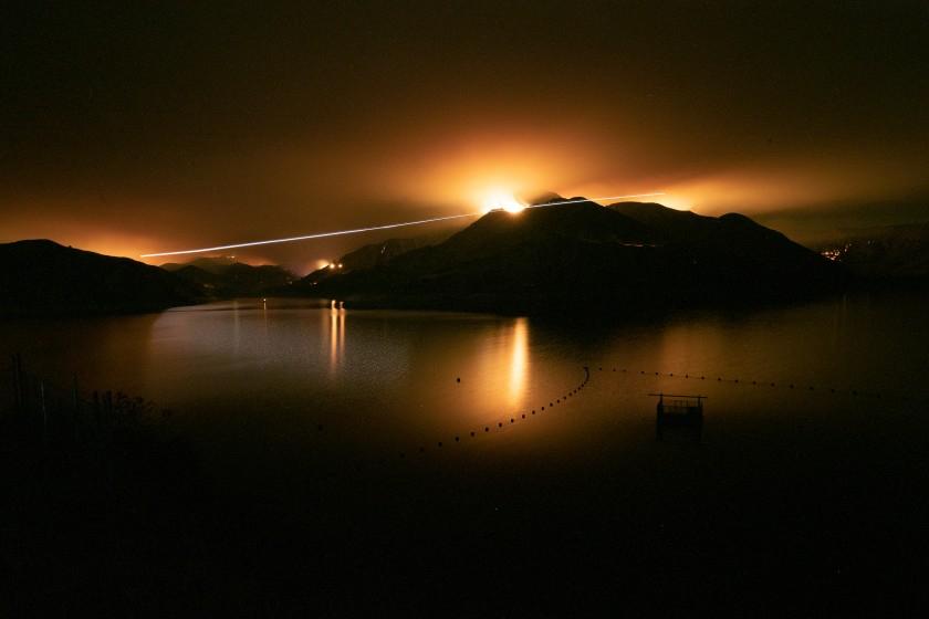 Đám cháy Holser ở hạt Ventura (California) đã thiêu rụi hơn 1.000 mẫu Anh hôm 17/8 ngay khi bắt đầu bùng phát gần Hồ Piru - Ảnh: Los Angeles Times