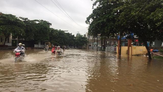Nhiều tuyến phố của TP Yên Bái ngập úng cục bộ.