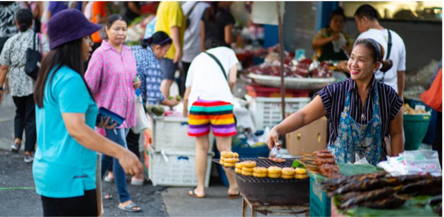 Hàng rong trên đường phố Bangkok, Thái Lan - Ảnh: Pailin Wedel