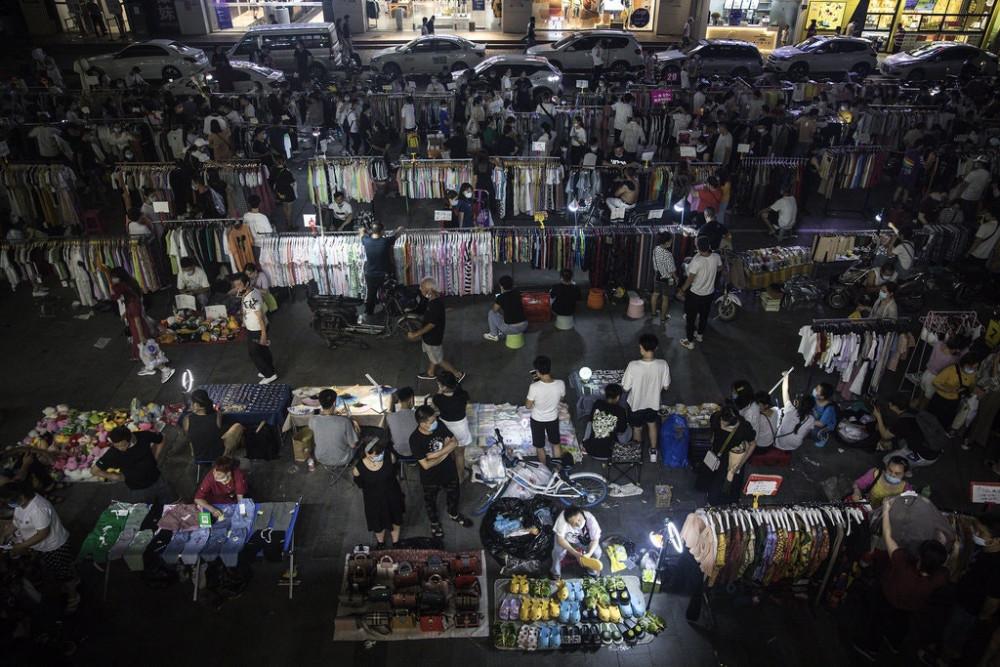 Một khu chợ đêm ở thành phố Vũ Hán, nơi tập trung nhiều người bán hàng rong - Ảnh: Getty Images