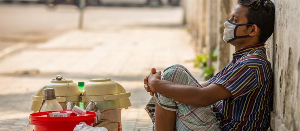 Một người bán hàng rong trên đường phố thủ đô Dhaka, Bangladesh trong thời gian đại dịch COVID-19 tháng 5/2020 - Ảnh: Shanjir Hossain/Shutterstock/World Bank