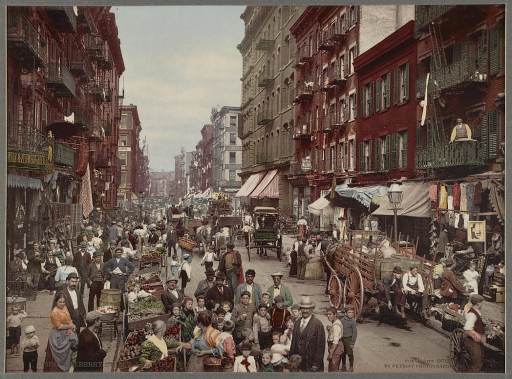 Người buôn bán dạo trên đường phố Mulberry, thành phố New York khoảng những năm 1900 - Ảnh: Bettman/Getty Images