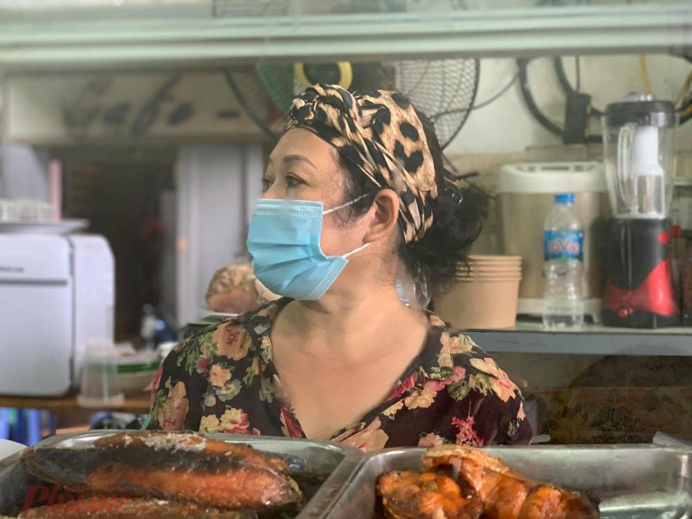 Các nhân viên trong quán đều đeo khẩu trang y tế.