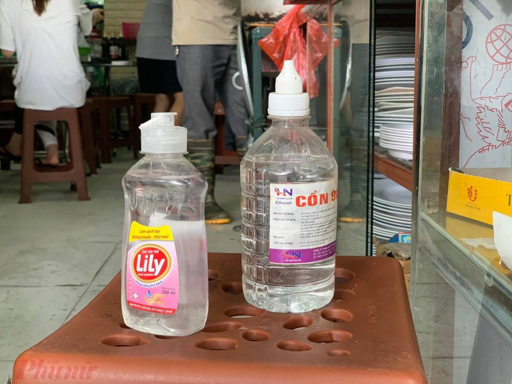 Trước cửa quán đều chuẩn bị sẵn nước rửa tay.