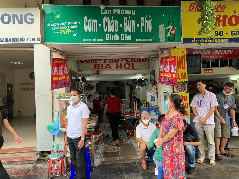 Tại các hàng quán tại phố Phủ Doãn (Hoàn Kiếm, TP Hà Nội), nơi tập trung đông người chủ yếu là bệnh nhân và người chăm bệnh nhân tại các bệnh viện như Việt Đức, Bệnh viện K Trung ương, đều thực hiện việc lắp vách ngăn và đảm bảo phòng dịch cho khách.