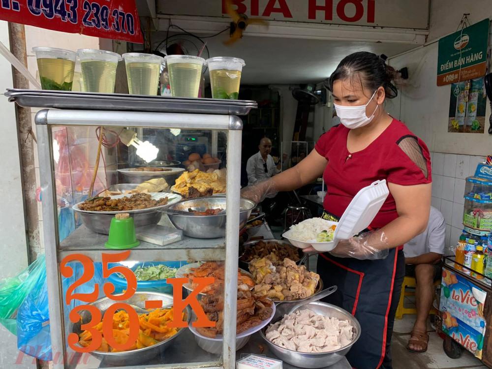 Nhiều quán còn chuẩn bị đầy đủ găng tay nilon để gắp thức ăn, tránh lây nhiễm.
