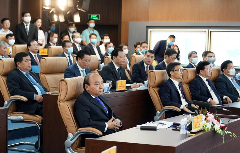 Thủ tướng Nguyễn Xuân Phúc và các đại biểu tại lễ khai trương Hệ thống thông tin báo cáo quốc gia và Trung tâm chỉ đạo, điều hành của Chính phủ, Thủ tướng Chính phủ. Ảnh: VGP/Quang Hiếu