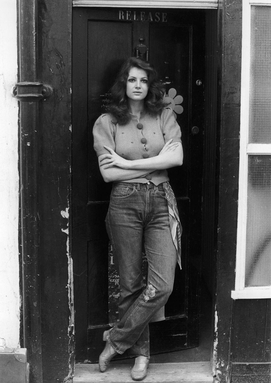 Caroline Coon, 1970 Nghệ sĩ và nhà hoạt động chính trị Caroline Coon phối kiểu áo denim hoàn hảo của cô ấy với một chiếc khăn boho thời thượng cuộn qua vòng thắt lưng. Và cái đầu gối mòn mỏi đó báo hiệu sự bắt đầu của các nhà thiết kế tự do với các loại vải denim của họ, bao gồm cả rách và phai màu.