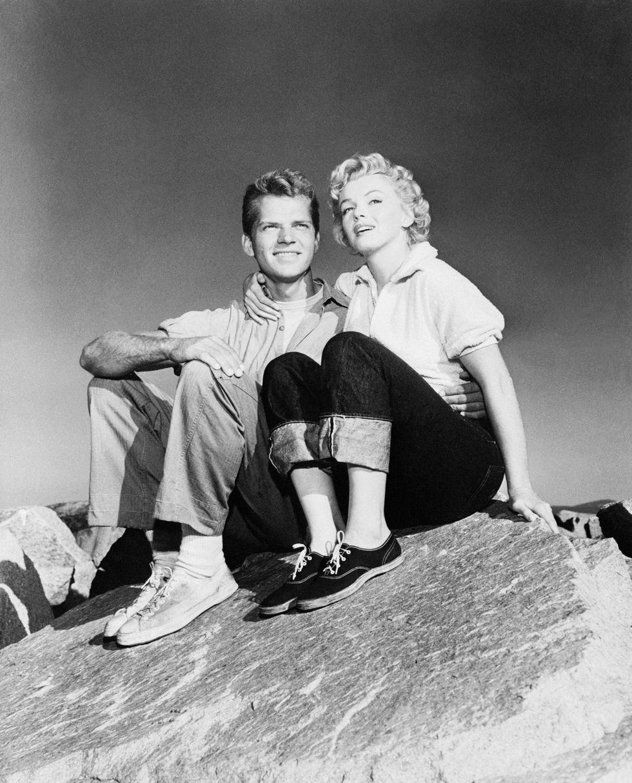 Marilyn Monroe và Keith Andes, 1952 Chiếc quần jean được thắt nút hoàn hảo của Marilyn mặc trong bộ phim kinh điển Clash by Night chứng tỏ vẻ sexy chẳng kém gì chiếc váy tàu điện ngầm nổi tiếng đó. Tuy nhiên, quần jean vẫn chưa phải là trang phục thường ngày của phụ nữ và tủ quần áo trên màn ảnh của cô ấy có thể đã truyền cảm hứng cho người hâm mộ đến lượt họ thử một chiếc quần.