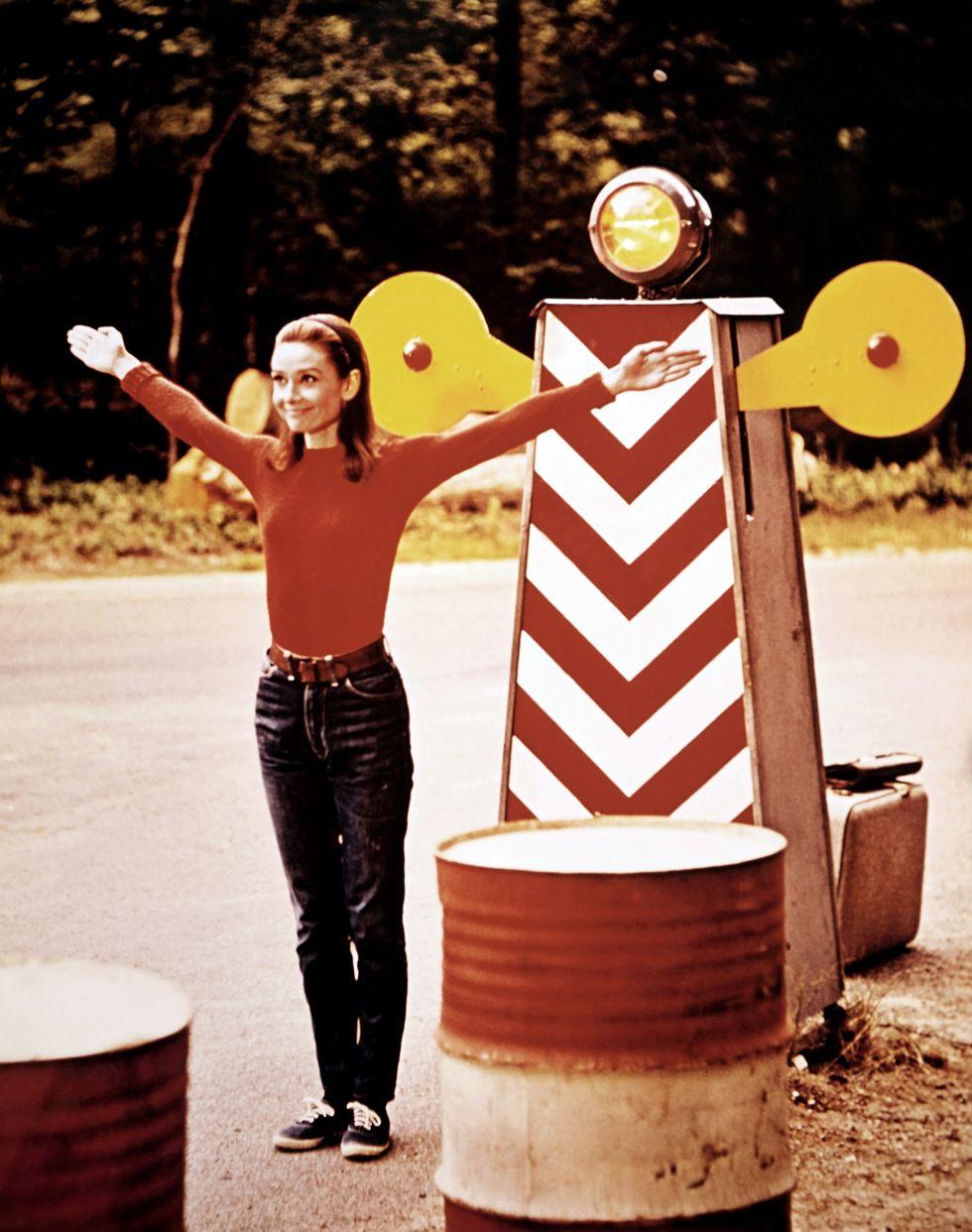 Audrey Hepburn, 1967 Audrey đổi thời trang cao cấp trên thảm đỏ của mình cho một chiếc quần jean xanh trong Two For The Road . Vẫn trông sang trọng như ngày nào.