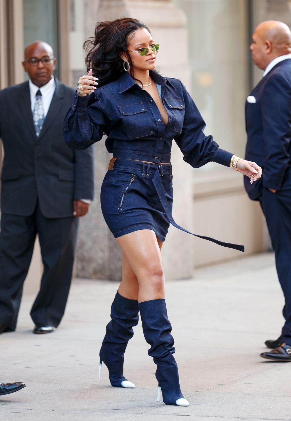 Rihanna, 2017 Để nó cho Riri lên ante. Cô ấy không dừng lại ở sự kết hợp hoàn hảo giữa áo và váy. Vui lòng lưu ý rằng đôi bốt của cô ấy cũng được làm từ denim.
