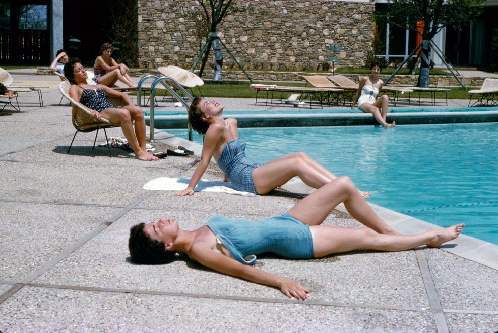 Tiếp viên Sunning, 1958 Đồ bơi denim? Chúng tồn tại, và đây là bằng chứng. Trong buổi chụp hình trên tạp chí Life này , các nữ tiếp viên của American Airlines đã từ trên trời rơi xuống để nằm bên bể bơi trong một bộ đồ bơi rất hợp thời trang.
