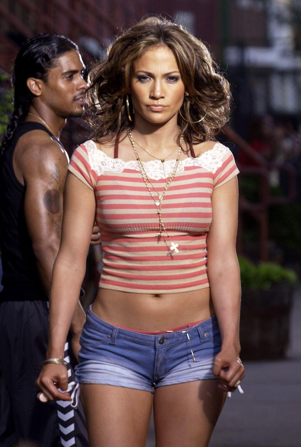 Năm Jennifer Lopez, 2002 Quần jean ngắn? Jenny nói một cách tuyệt đối trong video âm nhạc của cô ấy, Tôi là Gunna Hãy ổn . Chiếc quần jean cạp trễ hiện nay đã trở thành món đồ được yêu thích nhất trong danh sách hạng A khi đó, được mặc bởi những người đẹp như Paris Hilton, Lindsay Lohan và Kate Hudson.