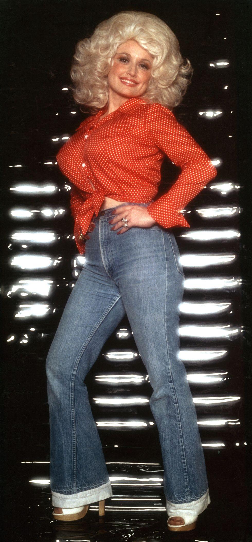 Dolly tạo dáng chụp chân dung trong buổi trình diễn bìa cho album Here You Come Again. Ngay cả với một chiếc áo dài hiếm gặp và một chiếc giày cao gót, Dolly vẫn không thể làm sai.