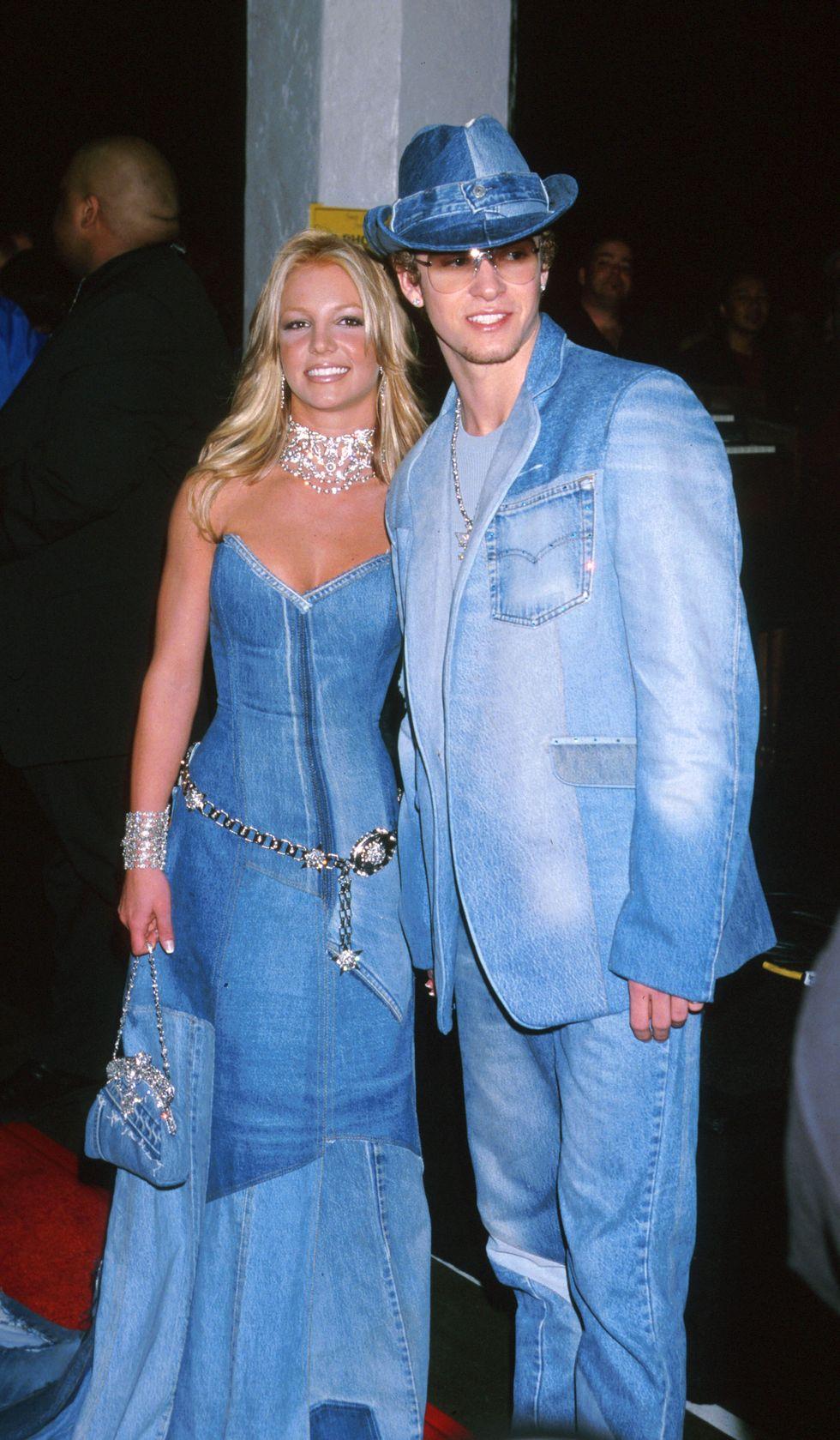 Britney Spears và Justin Timberlake, 2001 Brit và JT tuyên bố ngai vàng của họ là vua và nữ hoàng của denim với những bộ quần áo toàn jean này tại Lễ trao giải Âm nhạc Mỹ thường niên lần thứ 28.