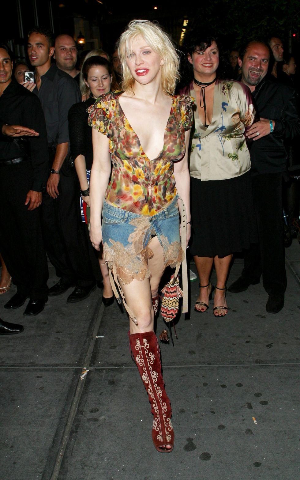 Courtney tình yêu, 2002 Chúng tôi rất thích (xin lỗi, không thể tránh khỏi) với diện mạo Tuần lễ thời trang New York này, trong đó mặt trước của váy jean gần như được mở hoàn toàn - theo phong cách thời trang Courtney Love thực sự.