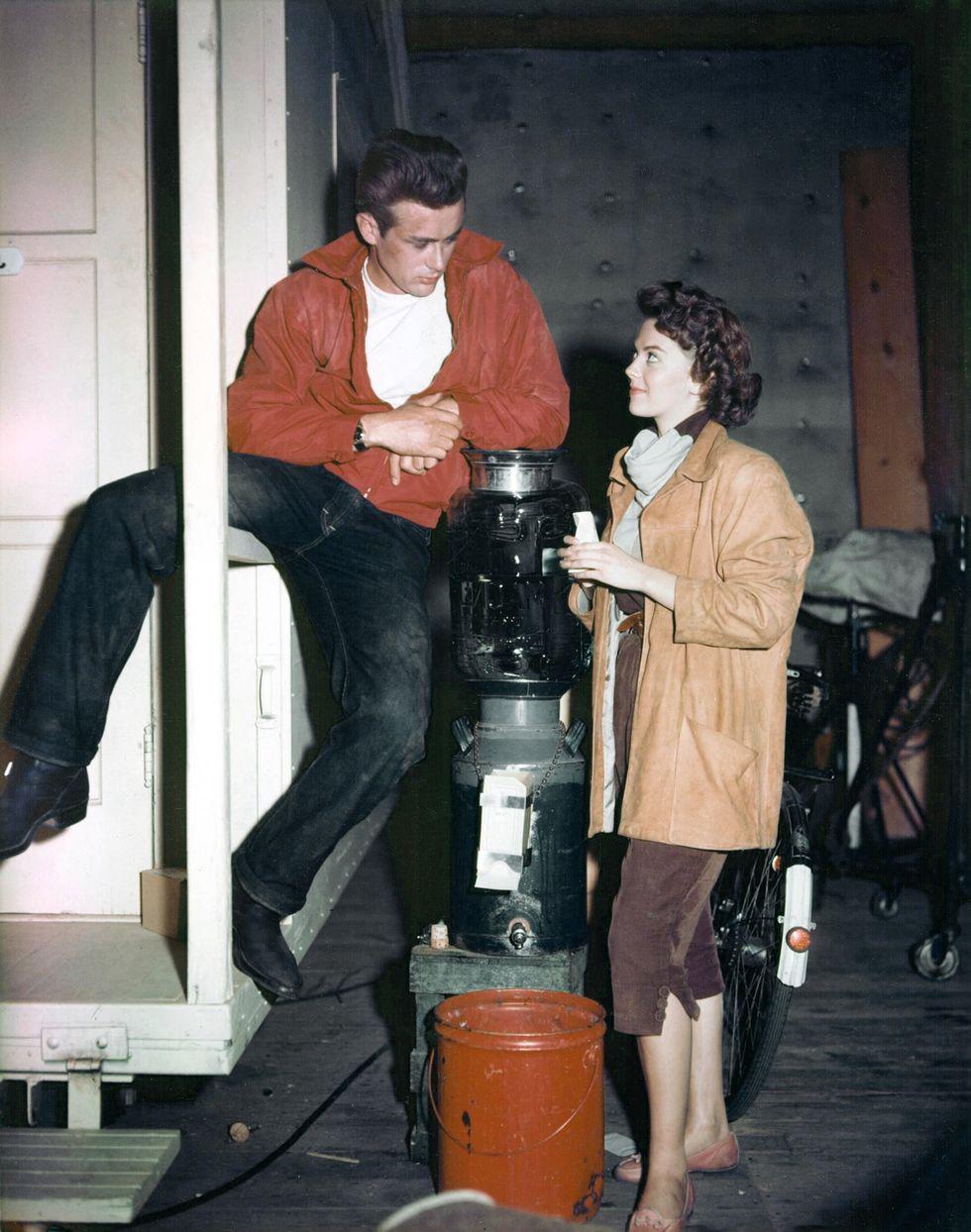 1963 Ông James Dean đã đưa quần jean xanh vào bản đồ cho trai hư ở khắp mọi nơi trong Rebel Without a Cause .