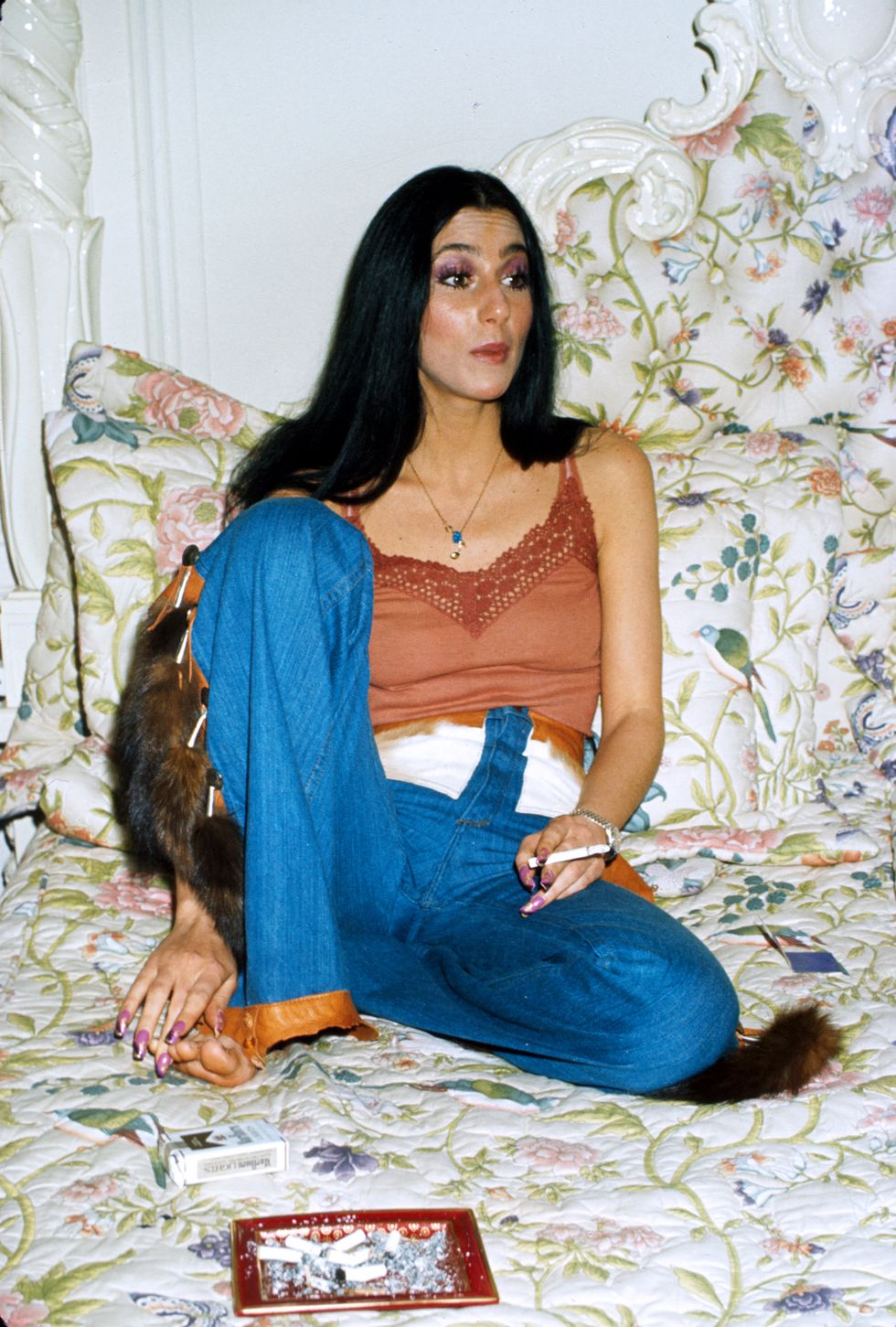 Cher, 1977 Các miếng dán lông, tua rua và da bò nâng những chiếc quần jean này lên trạng thái được Cher chấp thuận.