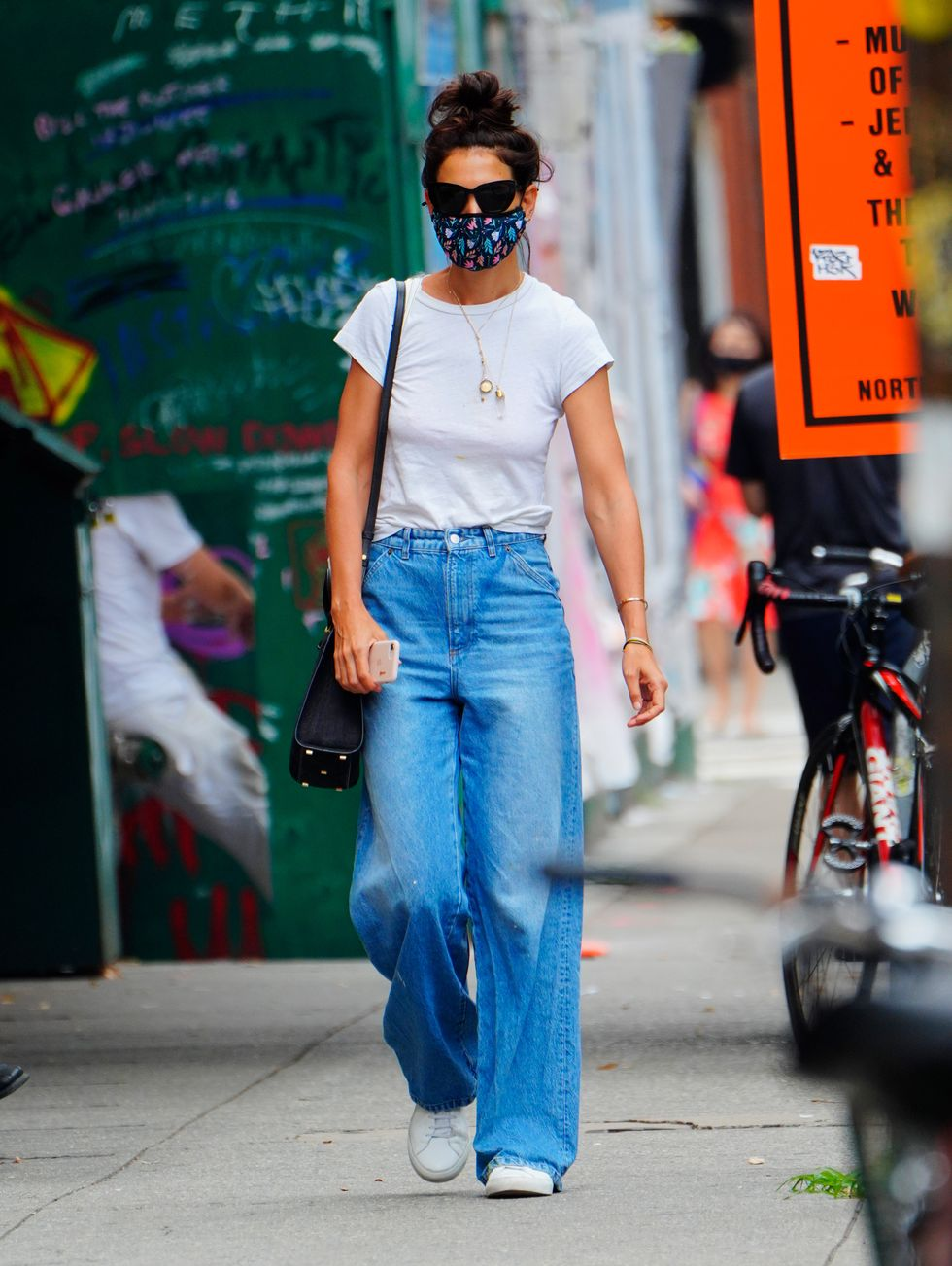 Katie Holmes, 2020 Áo phông trắng, khẩu trang vải và quần jean culotte quá khổ của Katie Holmes là phong cách giản dị hoàn hảo cho một mùa hè ở Manhattan.