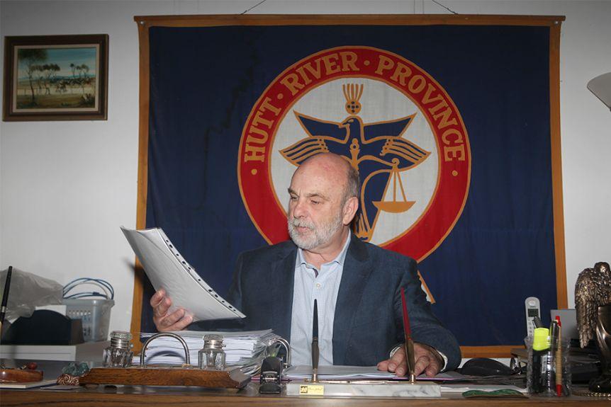 Hoàng tử Graeme tại văn phòng của mình