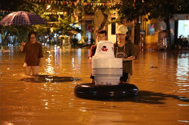 Người dân vận chuyển đồ ra khỏi nhà trong đêm (Ảnh: Báo Yên Bái).