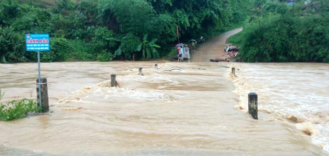 Nước sông Hồng dâng cao khiến giao thông bị gián đoạn, nhất là những khu vực đập tràn.