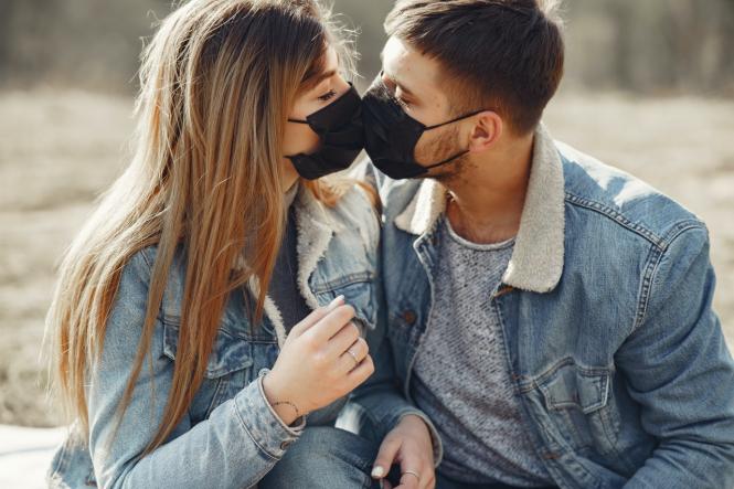 Tình yêu của các cặp đôi trẻ cũng gặp nhiều trắc trở trong thời COVID-19 - Ảnh: Connexion
