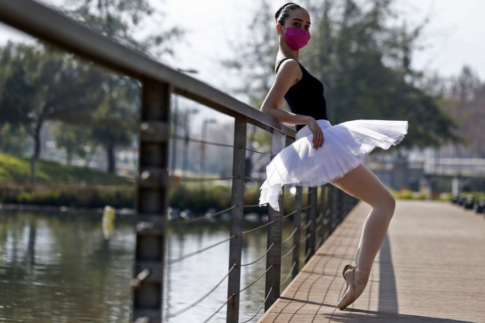 Cô bé Sofia Shaw cùng ước mơ trở thành diễn viên múa ba lê đang dỡ dang vì COVID-19 - Ảnh: AFP
