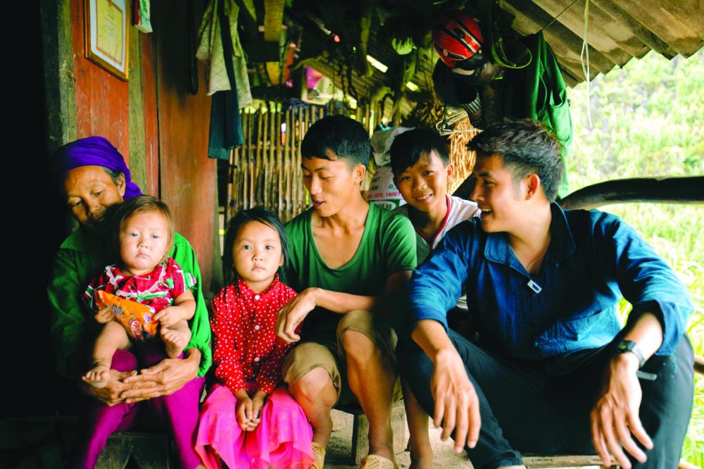 Giữ lời hứa, Chan La Cà trở lại thăm gia đình bác Chớ và em Chơ ở Mèo Vạc, Hà Giang