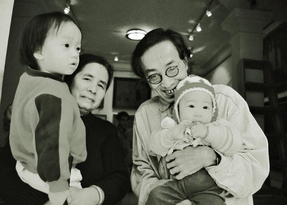 Vợ chồng dịch giả Dương Tường đang bế các cháu nhỏ trong họ