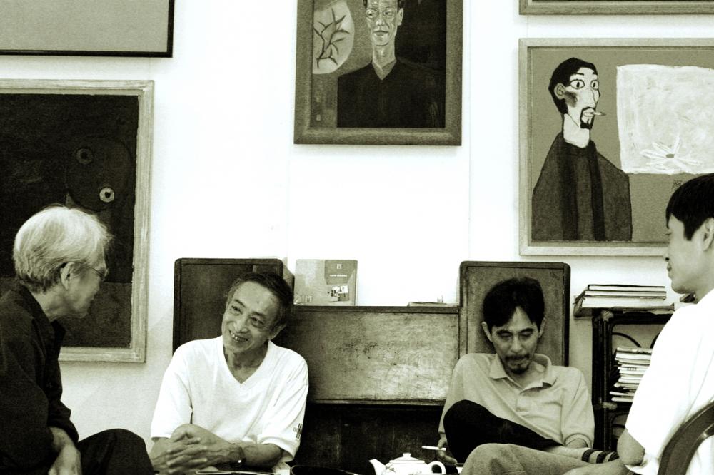 Thế giới bạn bè của dịch giả Dương Tường thật đa dạng từ người nổi tiếng, tới những người còn hàn vi, từ người già tới người trẻ. Đặc biệt, ai cũng yêu quý sự hồn nhiên của ông