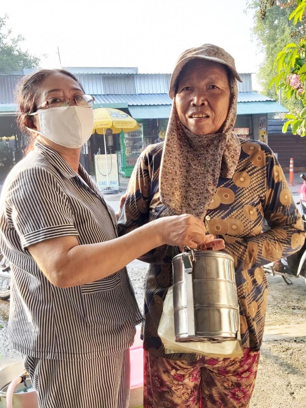 Cô Hải trao những phần ăn sáng cho người khó khăn