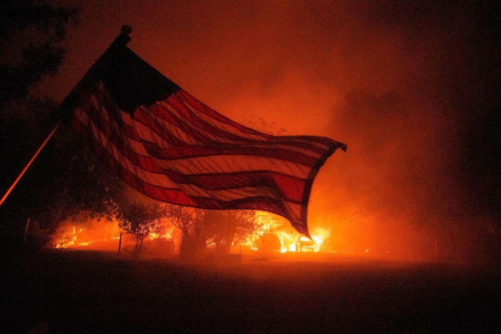 Một ngôi nhà đang bốc cháy ở Vacaville, trong khu vực đám cháy LNU Lightning Complex, ngày 19/8 - Ảnh: AFP/Getty Images