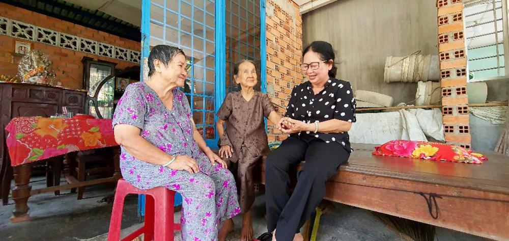 Cô Hải đến thăm và trao phần ăn sáng cho hai người già sống nương tựa nhau