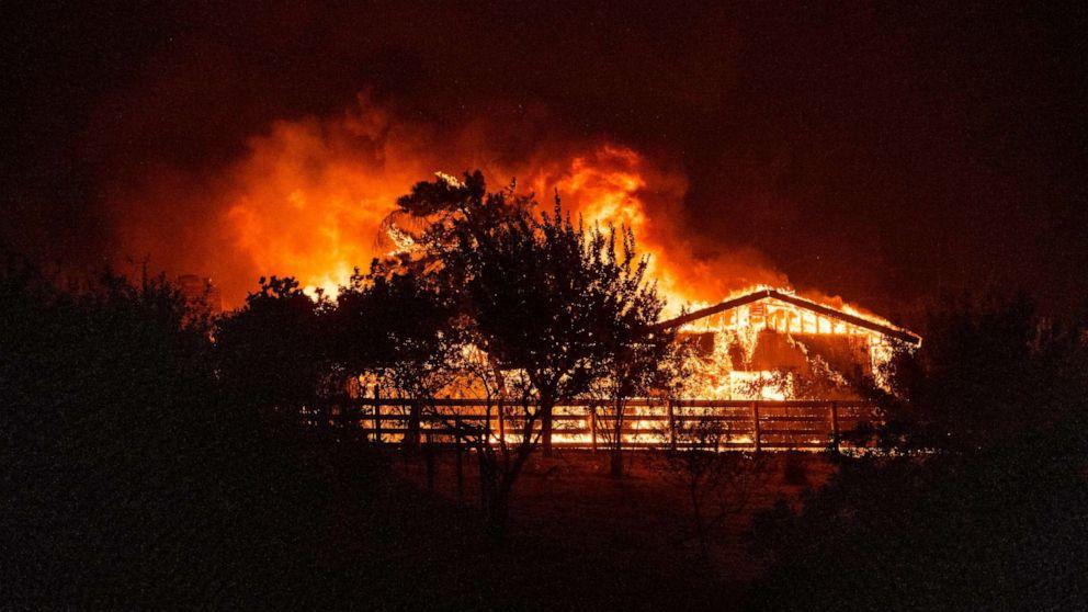 Một khu phố có hơn 50 ngôi nhà di động bị một đám cháy ở Bắc California thiêu rụi khi Thống đốc tiểu bang ban bố tình trạng khẩn cấp - Ảnh: AFP/Getty Images