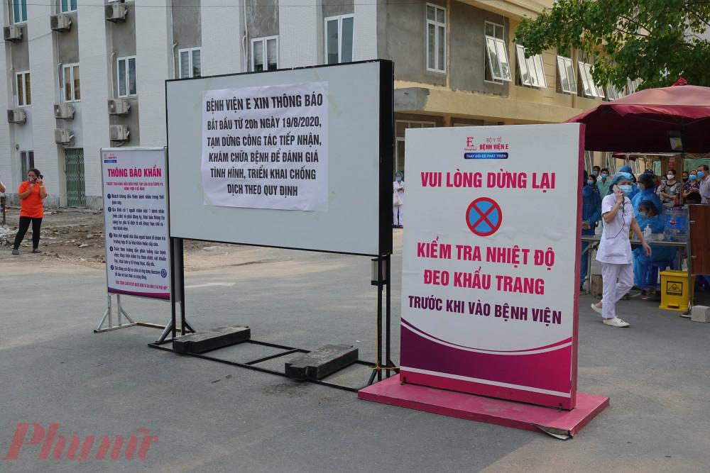 Tấm biển cảnh báo, bệnh viện dừng hoạt động được dựng lên từ tối ngày 20/8.