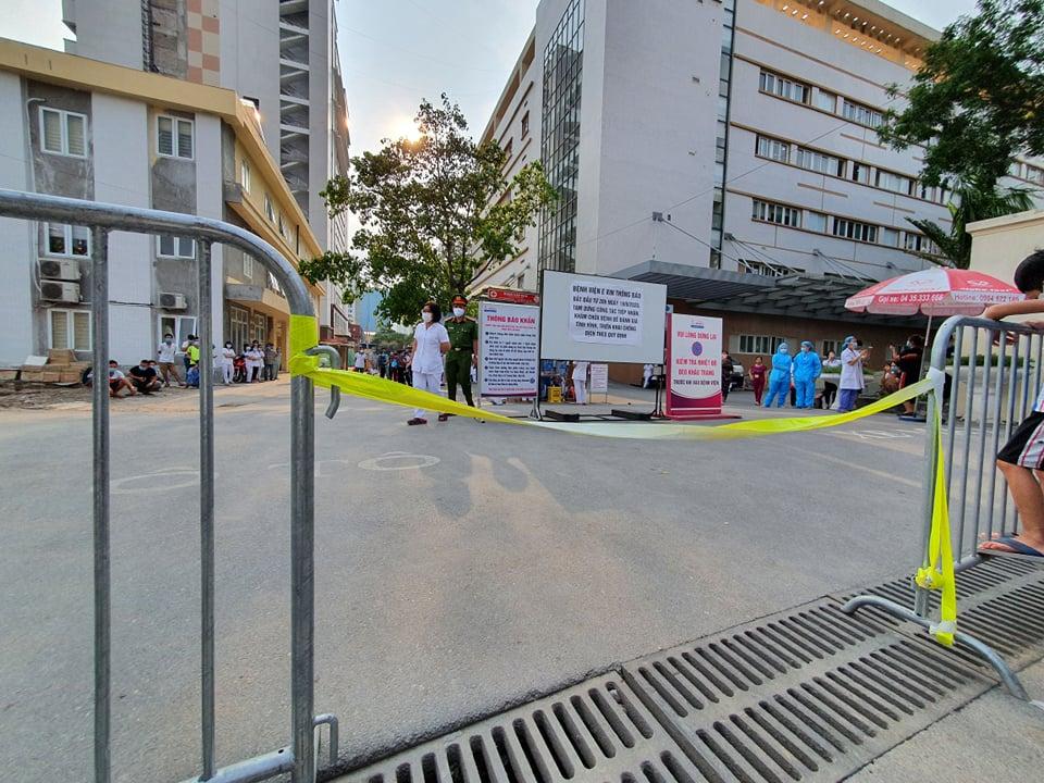 Bệnh viện E dựng rào cách ly từ tối ngày 19/8.