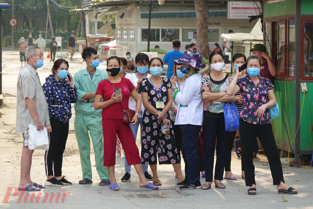 Nhiềubệnh nhân và người nhà bệnh nhân đang điều trị tại bệnh viện E chờ thời điểm dỡ bỏ cách ly từ rất sớm.