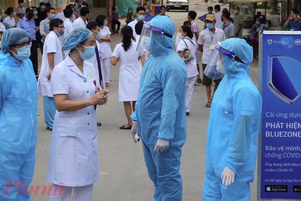 Các bác sĩ dặn dò nhân viên kiểm soát trước khi chuẩn bị gỡ rào cách ly.