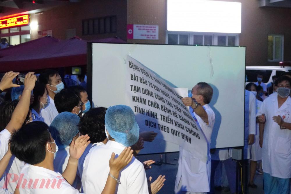 Lãnh đạo Bệnh viện E bóc tờ giấy thông báo tạm dừng hoạt động.