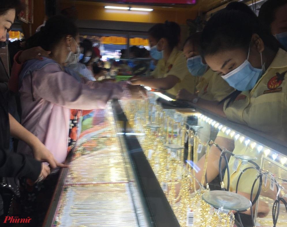 Giá vàng liên tục giảm trong hai ngày qua được cho là do các nhà đầu tư bán tháo