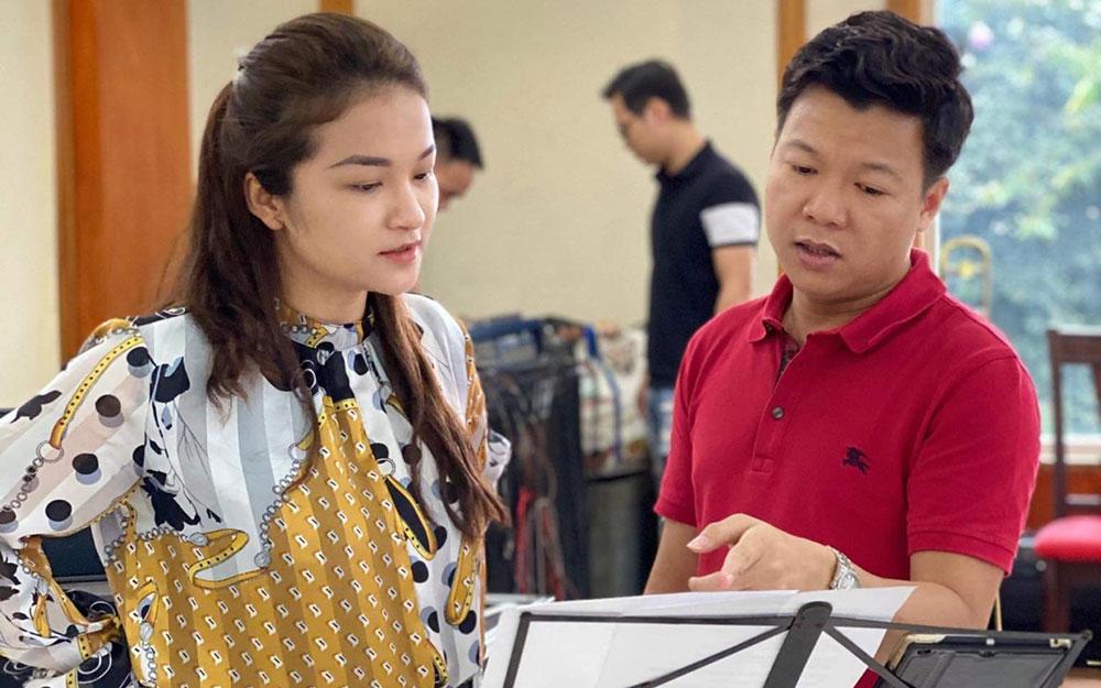 Ca sĩ Đỗ Tố Hoa và ca sĩ Vũ Thắng Lợi tập luyện cho một tiết mục trình diễn trong chương trình.
