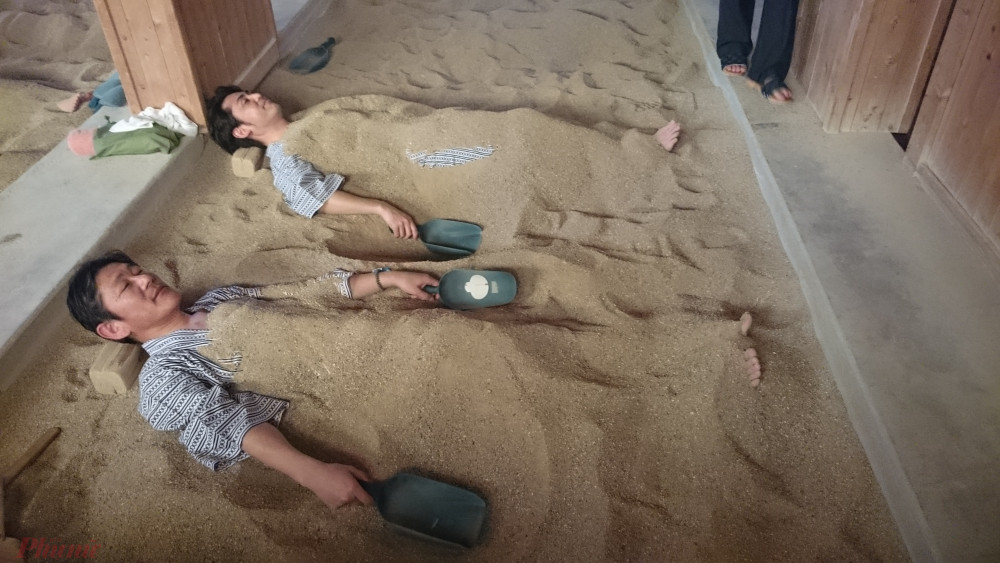 Với những thao tác khác người'' như thế, một số du khách Việt lần đầu đền đã gọi vui là đào mộ cho mình.